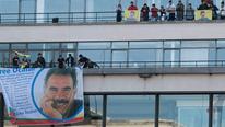 PKK'lılar Paris'te AFP binasına Öcalan posteri astı