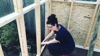2 çocuğuyla birlikte evsiz kalan kadın kendi evini inşa etti