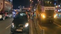 Arabasıyla metrobüs yoluna girdi, İstanbul'u kilitledi