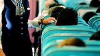Yolcunun hostese verdiği not panik yarattı
