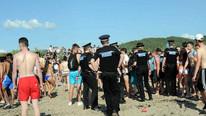Plajda cinsel ilişki rezaleti ! Bir de alkış tuttular