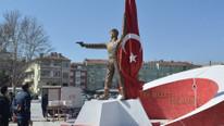 Ailesi tepki gösterdi, Halisdemir'in heykeli kaldırıldı