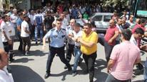 Yol verme kavgası kanlı bitti, linçten polis kurtardı