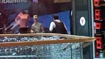 Firari asker AVM basıp çalışanları rehin aldı