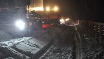 Kar yağışı fena bastırdı ! Sürücüler yollarda kaldı