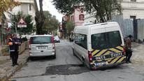 İstanbul'da yol çöktü, öğrenci servisi mahsur kaldı