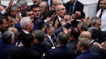 Meclis'te yine yumruk yumruğa kavga