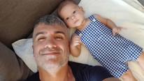 Özcan Deniz 9 aylık oğluna okul bakıyor