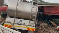 Süt tankeri kafeye daldı: Yaralılar var