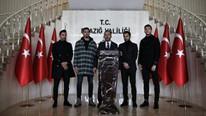Bakan Kasapoğlu ve futbolculardan bir dizi ziyaret