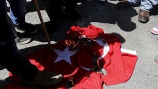 Ermeniler Türk bayrağı yaktı !