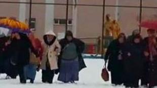 Karları eritmek için işçileri 1.5 saat yürüttüler