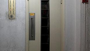 Asansörde kaldı, açlıktan öldü !