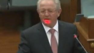 Bakanın yüzüne lazer tuttular