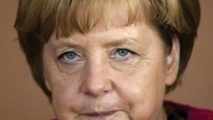 Merkel tarihinin en ağır yenilgisini aldı