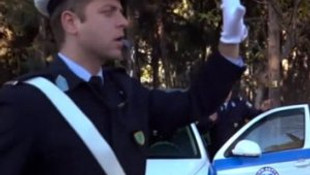 Yunan polisi de bu çılgınlığa katıldı