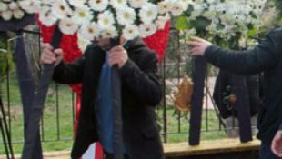 Şehit cenazesinde CHP'nin çelengi dışarı atıldı