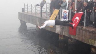 Denize atlayan belediye başkanı dalgıcı kurtardı