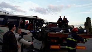 İşçi servisi TIR'a çarptı: Çok sayıda yaralı var
