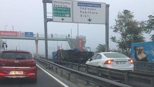 E-5'te kamyonet devrildi! Trafik kilitlendi