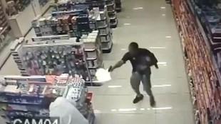 Kucağında bebekle 2 soyguncuya saldırdı !