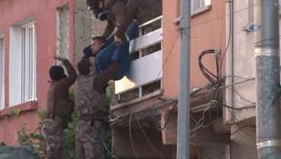 Adana'da polis tarafından aranan şahıs 2 kişiyi rehin aldı