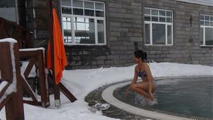 Uludağ'da -10 derece soğukta havuz keyfi
