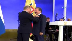 Putin'den eski bakan Cavit Çağlar'a dostluk nişanı