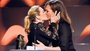 2 güzel oyuncunun dudak dudağa tebriği olay oldu