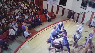 Tiyatrocuya seyircinin gözleri önünde dayak