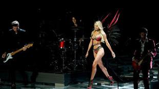 Victoria's Secret meleği hamile haliyle podyuma çıkmış