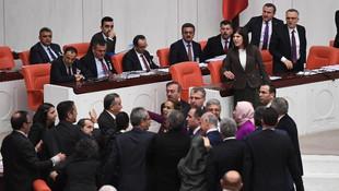 Meclis'te ''Ahlaksızlık yapma'' kavgası