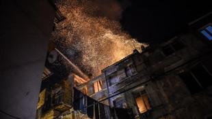 Beyoğlu'nda gece yarısı panik ! Bina alev alev yandı