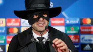 Shakhtar'ın hocası Zorro kıyafeti giydi !