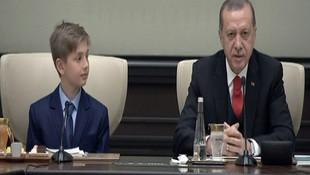 Cumhurbaşkanı Erdoğan, koltuğunu 4. sınıf öğrencisi Yiğit Türke bıraktı