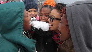 İlk defa ''kar'' gören çocuklar karın tadını çıkardı