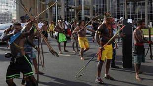 Brezilya'da yerliler ve polis karşı karşıya