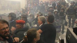 Meclisi basıp, milletvekillerini rehin aldılar