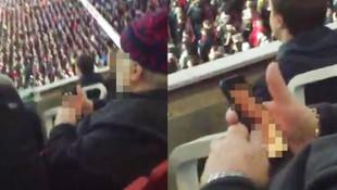 Maçtan sıkılan taraftar telefonunda porno izledi
