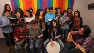 Türkiye'nin ilk LGBTİ korosundan 11 dilde şarkı