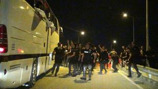 Beşiktaşlıların otobüsüne taşlı saldırı
