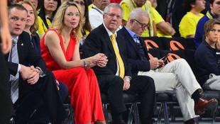 Kırmızılı kadın bakın kim çıktı ?