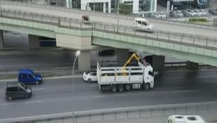 İş makinesi taşıyan kamyon köprüye takıldı