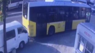 Beyoğlunda kontrolden çıkan araç İETT otobüsüne böyle çarptı