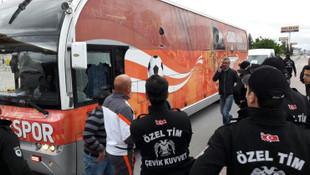 Adanaspor otobüsüne taşlı saldırı