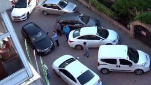 Ters yönde iki kadın sürücünün inadı trafiği kilitledi