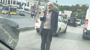 Trafikte namaz kitabı satarken görüntülendi