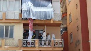 Balkon korkuluğuna bağladığı iple intihar etti !