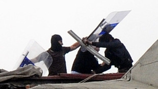Esenyurt'ta akli dengesi bozuk bir kişi çatıya çıktı