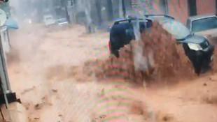 İzmirde sel suları araçları böyle sürükledi